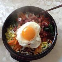 把石锅夹至底托上桌,美美的石锅拌饭做好了!