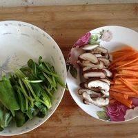 胡萝卜半根切竖条状,香菇切条状,菠菜切段与胡萝卜差不多长度。