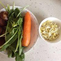 把菠菜,胡萝卜,豆芽,香菇洗净备用