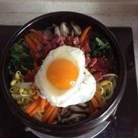 平底锅煎个单面熟的鸡蛋放在最上面。