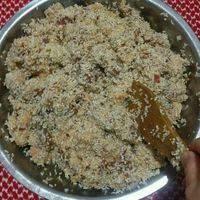糯米倒去多余的水(无需沥干),与腌制入味的五花肉与拌匀。